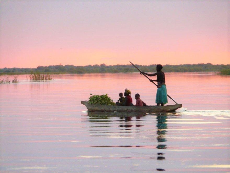 Namibia Sambesi Region Einheimische im Boot