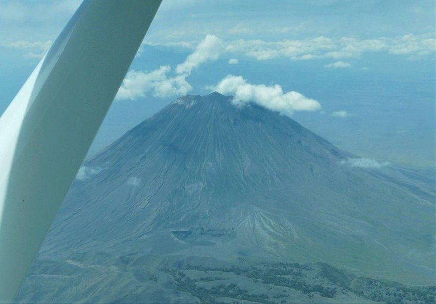 Tansania Flug in die Serengeti Vulkan Ol Doinyo Lengai Heiliger Berg Masai